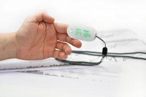Уровни кислорода в крови могут быть измерены с помощью пульсового оксиметра.
