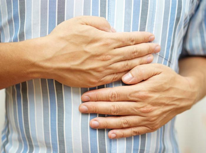 руки на животе