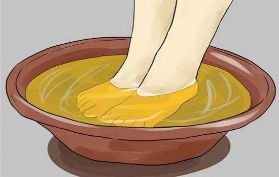 В течение 15 минут замочите ноги в воде с куркумой